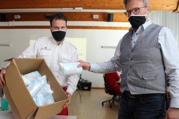 """Thomas Märzinger, Geschäftsführer des OÖ Roten Kreuzes, übernimmt ca. 1000 Schutzmasken. Danke an alle, die Lions-Aktionen unterstützen, damit diese Hilfe ermöglicht werden kann.""""Fotohinweis: OÖ Rotes Kreuz"""